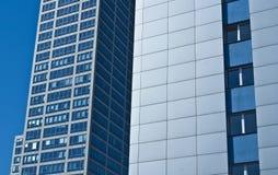 Σύγχρονο κτίριο γραφείων ουρανοξυστών, μπλε ουρανός στοκ εικόνες