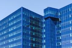 Σύγχρονο κτίριο γραφείων φιαγμένο από μπλε γυαλί Στοκ Φωτογραφία