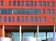 σύγχρονο κόκκινο γυαλιού προσόψεων Στοκ εικόνα με δικαίωμα ελεύθερης χρήσης