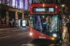 Σύγχρονο κόκκινο διπλό κατάστρωμα 390 λεωφορείο σε Βικτώρια στην οδό της Οξφόρδης, Λονδίνο, UK στοκ φωτογραφία