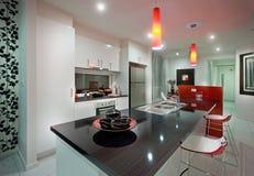 Σύγχρονο μέγαρο μέσω της κουζίνας με τους κόκκινους λαμπτήρες στοκ φωτογραφία