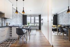 Σύγχρονο μικρό δωμάτιο με την κουζίνα Στοκ φωτογραφία με δικαίωμα ελεύθερης χρήσης