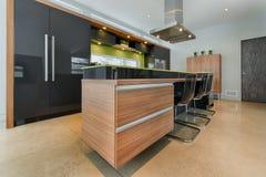 Σύγχρονο νησί κουζινών με τα ενσωματωμένα συρτάρια στοκ εικόνα