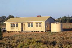 Σύγχρονο ξύλινο εξοχικό σπίτι στο λιβάδι, νότος Australi Στοκ Φωτογραφία