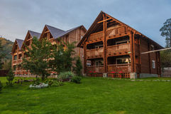 Σύγχρονο ξύλινο ξενοδοχείο στα βουνά στο σούρουπο Στοκ Εικόνα