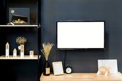 Σύγχρονο ξύλινο ράφι με την επίπεδη TV στο καθιστικό στο σπίτι στοκ εικόνα
