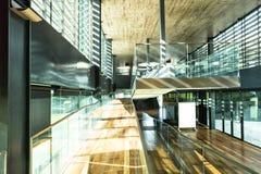 Σύγχρονο ξύλο γυαλιού γραφείων εσωτερικό ηλιόλουστο Στοκ φωτογραφία με δικαίωμα ελεύθερης χρήσης