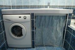 Σύγχρονο λουτρό με τα μπλε κεραμίδια και το πλυντήριο Στοκ φωτογραφία με δικαίωμα ελεύθερης χρήσης