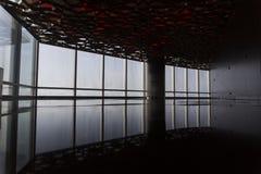 Σύγχρονο πάτωμα από μέσα ενός κτηρίου με τις αντανακλάσεις Στοκ εικόνα με δικαίωμα ελεύθερης χρήσης