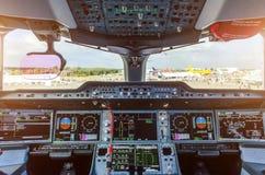 Σύγχρονο πιλοτήριο στο επιβατηγό αεροσκάφος επιβατών Στοκ εικόνες με δικαίωμα ελεύθερης χρήσης
