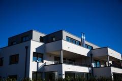 Σύγχρονο πολυ οικογενειακό σπίτι στο Μόναχο, μπλε ουρανός στοκ εικόνες
