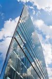 Σύγχρονο πολυόροφο κτίριο με τις αντανακλάσεις Στοκ Φωτογραφία