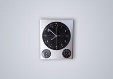 Σύγχρονο ρολόι με τις ώρες και τα πρακτικά Στοκ εικόνα με δικαίωμα ελεύθερης χρήσης