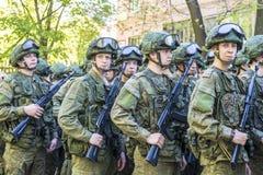 Σύγχρονο ρωσικό σύνταγμα στρατιωτών στην ετοιμότητα με το καλάζνικοφ επιθετικών τουφεκιών Στοκ εικόνα με δικαίωμα ελεύθερης χρήσης