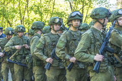 Σύγχρονο ρωσικό σύνταγμα στρατιωτών στην ετοιμότητα με το καλάζνικοφ επιθετικών τουφεκιών Στοκ Φωτογραφίες