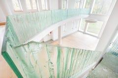 Σύγχρονο σπίτι με τα στοιχεία γυαλιού στοκ φωτογραφία