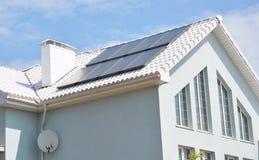 Σύγχρονο σπίτι με τη στέγη έννοιας λύσης ενεργειακής αποδοτικότητας Σπίτι με τη ηλιακή ενέργεια, ηλιακά πλαίσια στοκ εικόνα με δικαίωμα ελεύθερης χρήσης