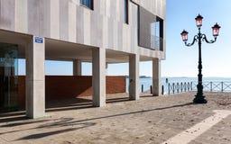 Σύγχρονο σπίτι που αγνοεί τη λιμνοθάλασσα Στοκ εικόνες με δικαίωμα ελεύθερης χρήσης