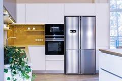 Σύγχρονο σχέδιο κουζινών στο ελαφρύ εσωτερικό στοκ εικόνες