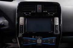 Σύγχρονο ταμπλό αυτοκινήτων με τα πολυμέσα οθόνης στοκ εικόνα με δικαίωμα ελεύθερης χρήσης
