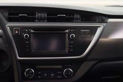 Σύγχρονο ταμπλό αυτοκινήτων με την οθόνη πολυμέσων στοκ εικόνες