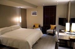 Σύγχρονο φανταχτερό κρεβάτι βασιλιάδων δωματίου ξενοδοχείου Στοκ Φωτογραφία