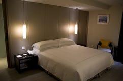 Σύγχρονο φανταχτερό κρεβάτι βασιλιάδων δωματίου ξενοδοχείου Στοκ Εικόνες