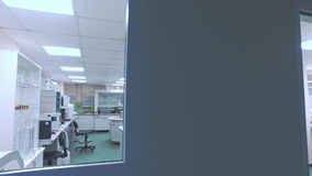 Σύγχρονο φαρμακευτικό εργαστήριο Pov του κοιτάγματος επιστημόνων στο δωμάτιο εργαστηρίων απόθεμα βίντεο
