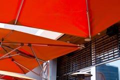 Σύγχρονο φωτεινό πορτοκαλί awning με το σωλήνα ανοξείδωτου στοκ φωτογραφία