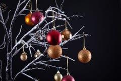 Σύγχρονο χριστουγεννιάτικο δέντρο με το χιόνι και τα μπιχλιμπίδια στοκ φωτογραφία με δικαίωμα ελεύθερης χρήσης
