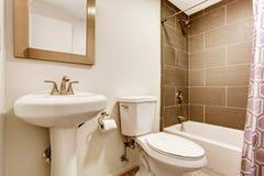 Σύγχρονο δωμάτιο κουζινών με το ντους τοίχων κεραμιδιών, την τουαλέτα και washbasin τη στάση Στοκ φωτογραφίες με δικαίωμα ελεύθερης χρήσης