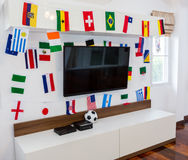 Σύγχρονο δωμάτιο με τη TV και τις σημαίες Στοκ Φωτογραφία