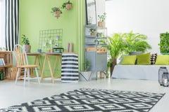 Σύγχρονο δωμάτιο με τον πράσινο τοίχο Στοκ Φωτογραφία