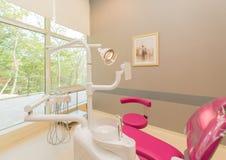 Σύγχρονο δωμάτιο οδοντιάτρων με τον εξοπλισμό και τα εργαλεία Στοκ εικόνες με δικαίωμα ελεύθερης χρήσης