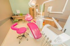 Σύγχρονο δωμάτιο οδοντιάτρων με τον εξοπλισμό και τα εργαλεία Στοκ Εικόνα