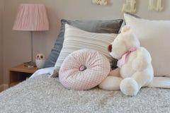 Σύγχρονο δωμάτιο παιδιών με την κούκλα και μαξιλάρια στο κρεβάτι στοκ εικόνες