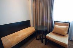 σύγχρονο δωμάτιο πολυτέλειας διαβίωσης Σύγχρονο ύφος στο ξενοδοχείο Χαλαρώστε το δωμάτιο των ανθρώπων όταν άδεια στο ξενοδοχείο Στοκ Εικόνες