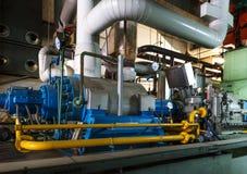 σύγχρονο ύδωρ βαλβίδων συστημάτων δωματίων αντλιών σωληνώσεων μανόμετρων θέρμανσης εξοπλισμού λεβήτων Στοκ Εικόνα