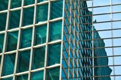 Σύγχρονο architectur στα μπλε υπόβαθρα τοίχων γυαλιού Στοκ εικόνα με δικαίωμα ελεύθερης χρήσης