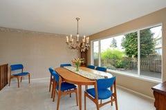 Σύγχρονο dinning δωμάτιο με τις βασιλικές μπλε καρέκλες Στοκ Εικόνα