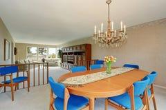 Σύγχρονο dinning δωμάτιο με τις βασιλικές μπλε καρέκλες Στοκ Φωτογραφίες