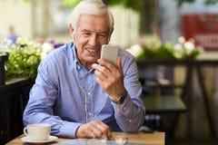 Σύγχρονο Grandpa χρησιμοποιώντας την τηλεοπτική τεχνολογία κλήσης Στοκ εικόνες με δικαίωμα ελεύθερης χρήσης