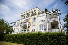 Σύγχρονο multi-family σπίτι με την πράσινη περιοχή στοκ εικόνες με δικαίωμα ελεύθερης χρήσης