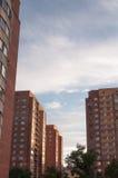 Σύγχρονο multi-storey κατοικημένο κτήριο φιαγμένο από μπεζ τούβλα στο υπόβαθρο του νεφελώδους ουρανού Στοκ Φωτογραφία