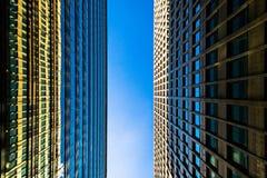 Σύγχρονο multistory κτήριο μια ημέρα με το μπλε ουρανό Στοκ φωτογραφίες με δικαίωμα ελεύθερης χρήσης