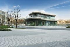 σύγχρονο plaza κτηρίων Στοκ φωτογραφία με δικαίωμα ελεύθερης χρήσης
