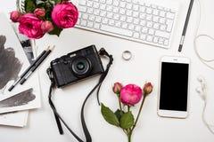Σύγχρονο smartphone, πληκτρολόγιο υπολογιστών, ρόδινα λουλούδια και έκκεντρο φωτογραφιών Στοκ φωτογραφίες με δικαίωμα ελεύθερης χρήσης