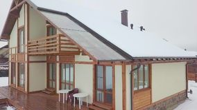 Σύγχρονο townhouse εξωτερικό το χειμώνα απόθεμα βίντεο