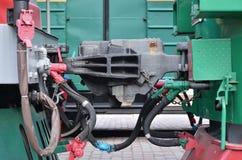 Σύζευξη βαγονιών εμπορευμάτων Ο συζευκτήρας δύο τραίνων σιδηροδρόμων ή βαγονιών εμπορευμάτων φορτίου με το μανίκι σιδηροδρόμων στοκ εικόνες με δικαίωμα ελεύθερης χρήσης