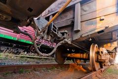 Σύζευξη της κινηματογράφησης σε πρώτο πλάνο φορτηγών τρένων βαγονιών εμπορευμάτων Στοκ Φωτογραφίες